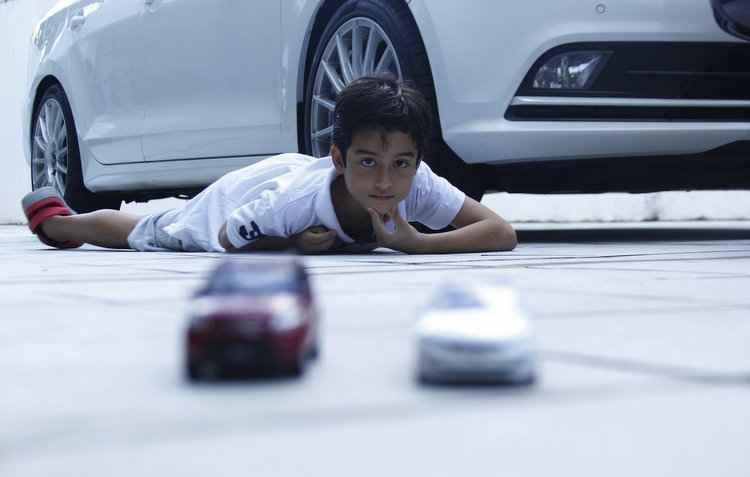 Lucas, 10 anos, não consegue explicar quando, nem como, surgiu o seu amor por veículos da Kia.