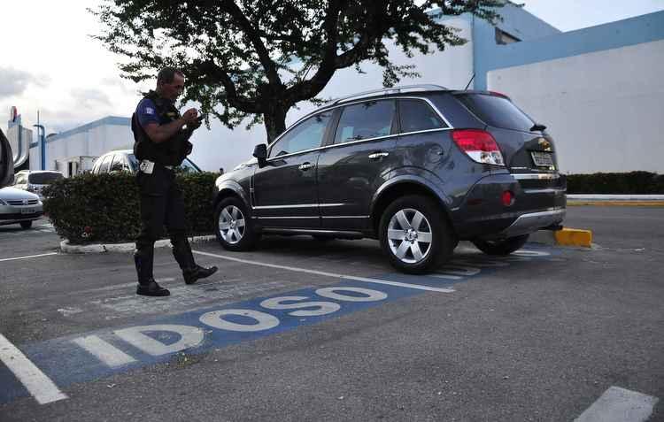 Estacionar em vagas preferenciais sem a devida identificação no automóvel se tornou infração gravíssima - Helder Tavares/DP/D.A Press