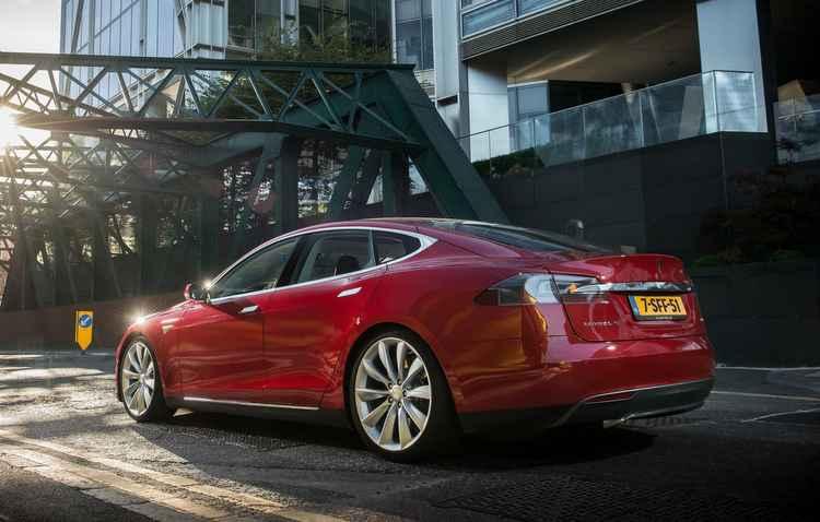 A Tesla é conhecida por vender seus veículos através do próprio site - Tesla/Divulgação