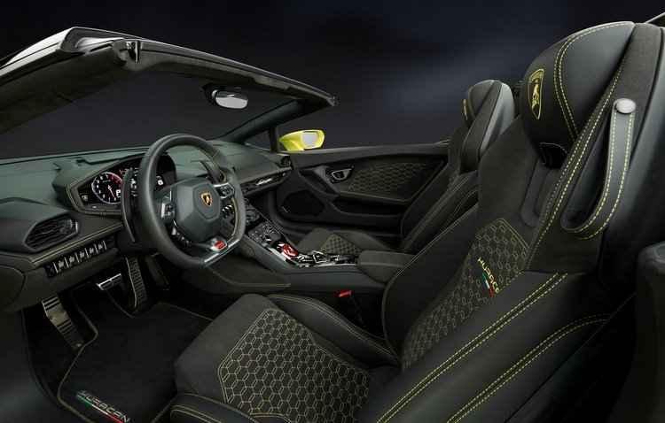 Exibido pela primeira vez no Salão de Los Angeles, o modelo deve chegar ao mercado em janeiro de 2017 - Lamborghini / Divulgação
