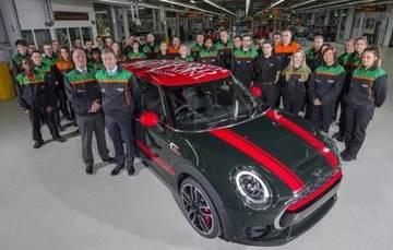 Funcionários da fábrica de Oxford se reúnem em comemoração - BMW/Divulgação