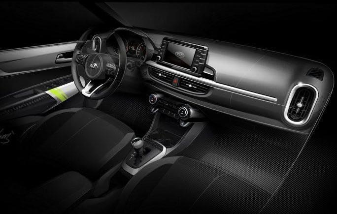 O interior do veículo conta com a central multimídia flutuante junto com a grande tela no console central  - Kia/Divulgação