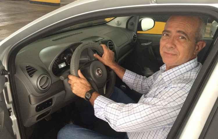 Aulo Licínio comprou capa para o volante e retira a areia dos tapetes diariamente - Manuela Cavalcanti/Esp. DP