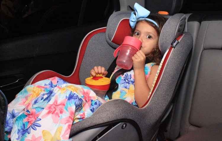 Carolina não dispensa o lanche e a recomendação é evitar quando o carro está em movimento  - Marlon Diego/Esp. DP