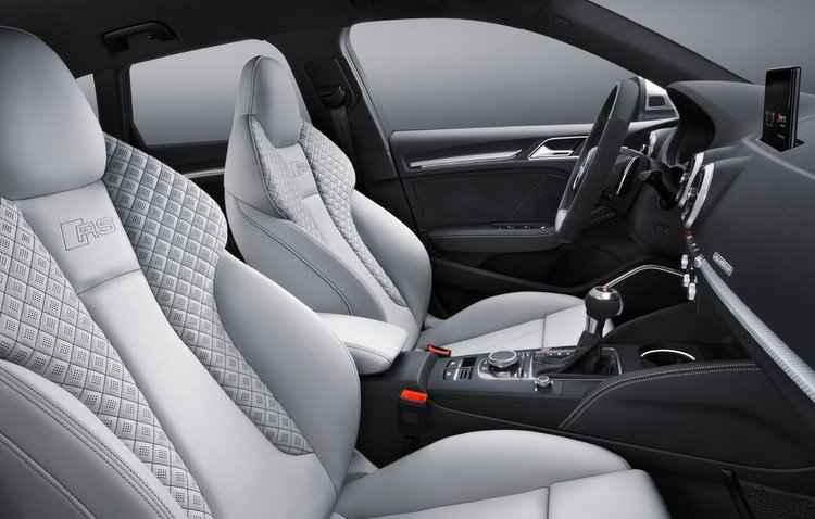 Dentro da cabine estão disponíveis bancos esportivos revestidos de couro de série e bancos RS como opcionais - Audi / Divulgação
