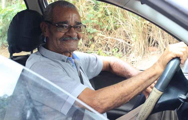 Com 80 anos, Adalberto Rosendo trabalhou como motorista e não abre mão do volante - Marlon Diego/Divulgação