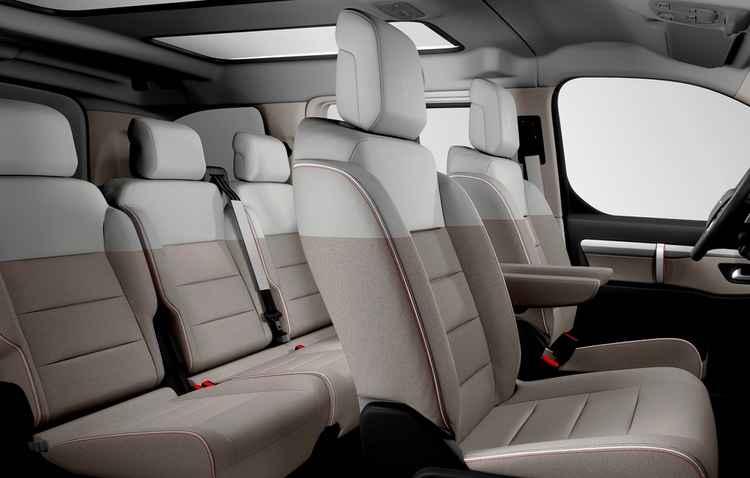 Versão XS comporta 9 pessoas, com dois assentos traseiros individuais com deslizamento e descansos de braço confeccionados em couro branco - Citroën/Divulgação