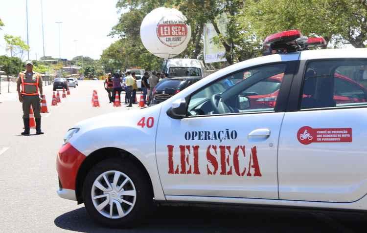 Fiscalizações na estrada para autuar motoristas alcoolizados são comuns em Pernambuco - Anderson Freire / Esp. DP