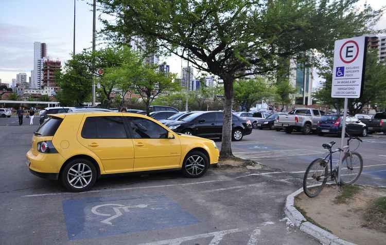 Legislação prevê número de vagas mínimas para deficientes em estacionamentos - Helder Tavares/DP