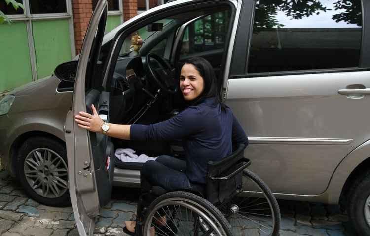 Após tirar a CNH e comprar o seu carro adaptado, Shamara Castro reconquistou a liberdade de sair sozinha  - Julio Jacobina/DP