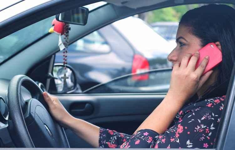 Viviane Oliveira já foi multada por mexer no celular enquanto dirigia. Hoje, a enfermeira não comete mais esse tipo de infração   - Thalyta Tavares/Esp.DP