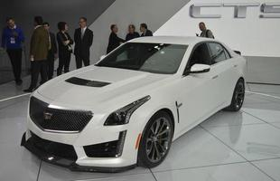 Cadillac CTS-V: O modelo é equipado pelo motor 6.2L V8, que trabalha em parceria com uma transmissão automática de oito velocidades e gera potência de 648 cv. Atualizado, o queridinho da Cadillac se tornou, nas palavras montadora, %u201Cdois carros em um%u201D: um sedã de luxo com vocação esportiva.