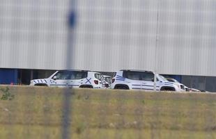 07/01/15: No pátio da fábrica da Fiat, vários modelos do jipinho, com alguns adesivos sobre a carroceria.