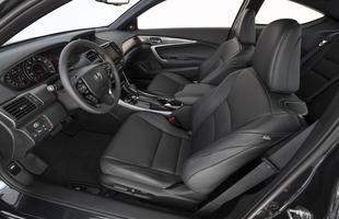 Por dentro, a transmissão pode ser manual de seis marchas ou CVT de seis marchas