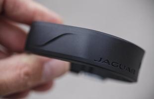 Pulseira trava e destrava o Jaguar e ainda é à prova d' água
