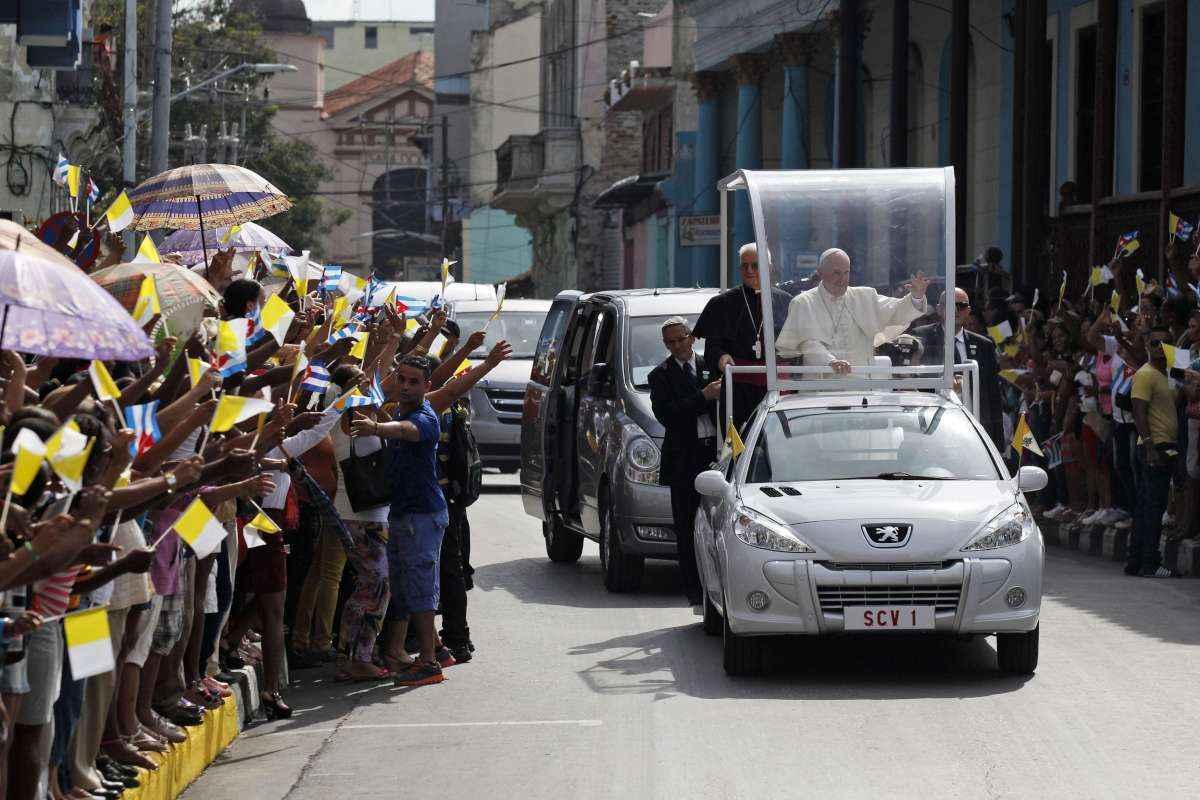 AFP Photo - Em Cuba, Francisco usou como papamóvel um Peugeot Hoggar adaptado