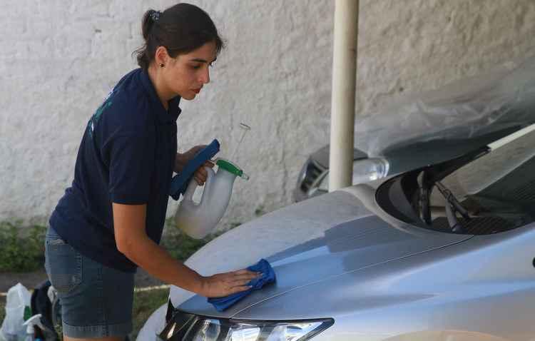 Técnica de empresa pernambucana reduz quantidade de água na lavagem do carro - Julio Jacobina/DP/D.A Press