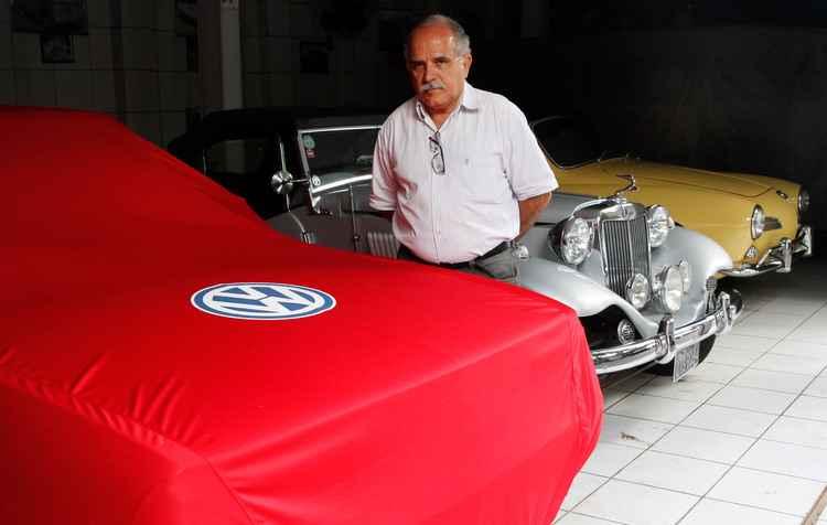 O colecionador usa capas automotivas para proteger a lateria de vários de seus carros - Ricardo Fernandes/DP