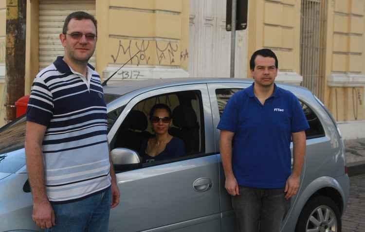 Gabor Sipkoi (esquerda) vai ao trabalho de carona com Viviane Lima, esposa do colega Daniel Cardoso  -  Julio Jacobina/DP/D.A Press
