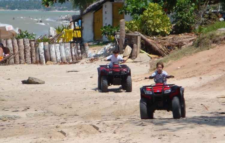 Quadriciclos pilotados por menores nas praias. Na foto, praia de Maria Farinha. - Jorge Moraes/DP/D.A Press