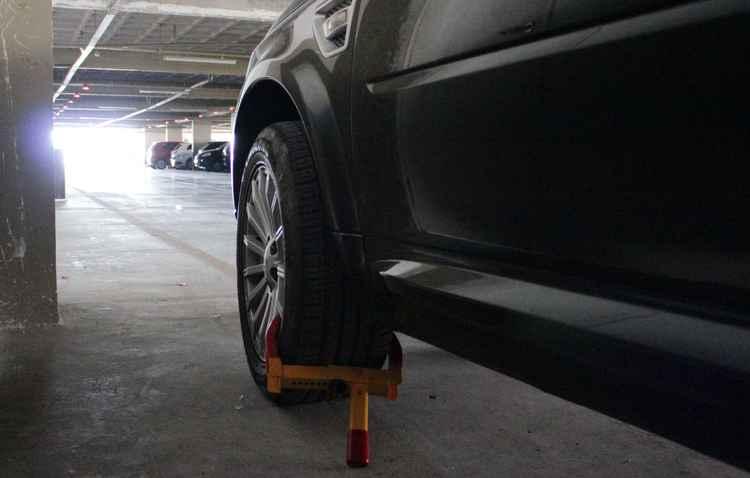 Trava de pneus é rapidamente liberada quando o cliente vai até a adminstração do estacionamento - Karina Morais/Esp.DP