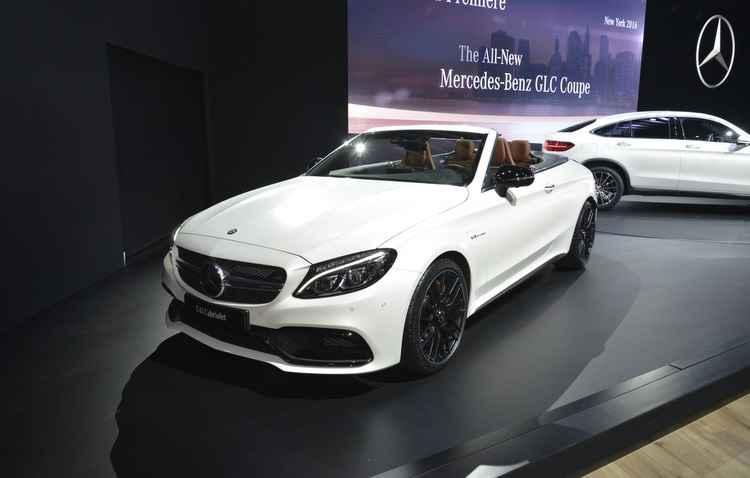 Luxuoso, o conversível AMG da Mercedes-Benz abusa do conforto e elegância, como bancos que tem ajustes elétricos, volante ajustável e multifuncional, além de central multimídia  - Joint Photographic Experts Group / Divulgacao