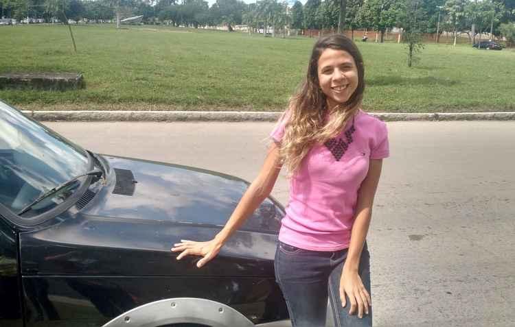 Marina irá para Carpina no São João e sempre verifica o estado do pneu - Debora Eloy / DP