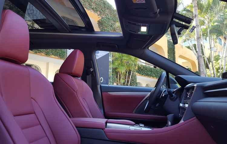 Teto solar panorâmico oferece a sensação de mais liberdade, já os bancos podem ser aquecidos ou refrigerados  - Lexus / Divulgação
