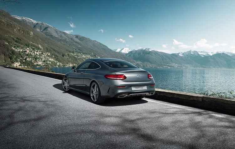 Equipado com o pacote visual AMG, o modelo vem com rodas aro 18%u2033 de cinco raios e faróis inteligentes de LEDs - Mercedes / Divulgação