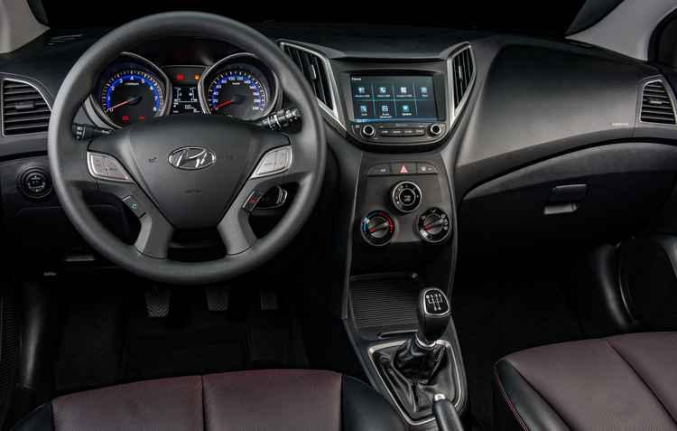 Além dos sistemas de conectividade com dispositivos móveis e da tela sensível ao toque de 7 polegadas, a central apresenta comandos no volante - Hyundai/Divulgação
