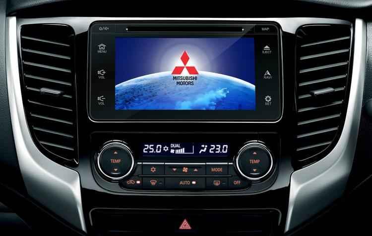 Picape vem equipada com ar-condicionado dual zone, multimídia com tela de 7 polegadas, botão Start/Stop para partida sem chave, câmera de ré e sensores de chuva - Mitsubishi / Divulgação