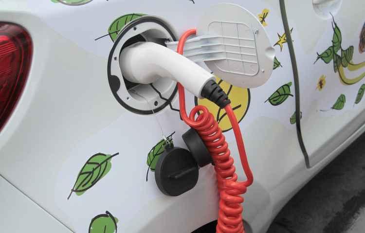 Veículo compartilhado no Recife é carregado - Annaclarice Almeida / DP
