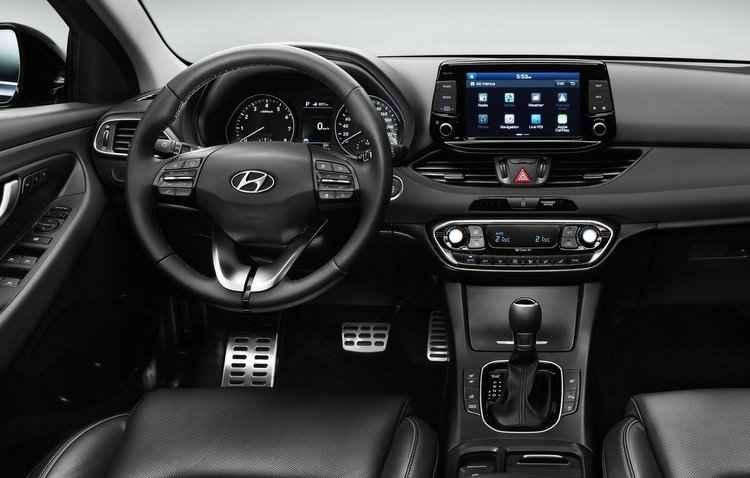 Dentro das quatro portas o i30 dispõe de diversos recursos de tecnologia, o que inclui uma tela multimídia em destaque - Hyundai / Divulgação