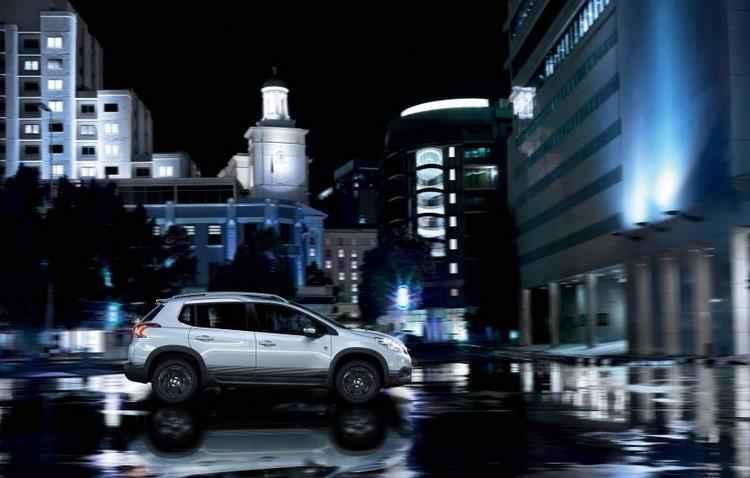 Para dar iimpressão de carro de corrida, modelo conta com trocadores de marcha manuais atrás do volante - Peugeot / Divulgação