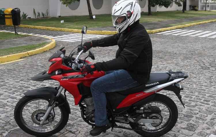 Na moto, o ideal é utilizar vestimentas que cubram braços e pernas - Julio Jacobina / DP