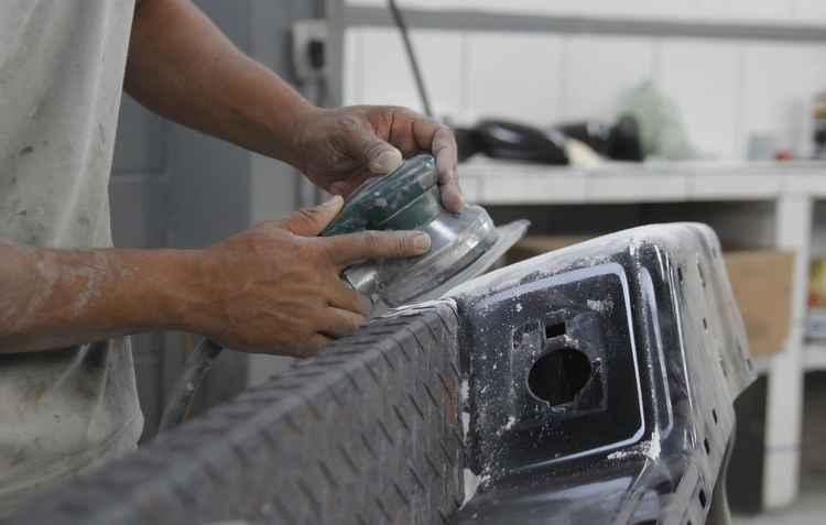 Polir e desamassar o para-choque são serviços chaves, com preço relativamente baixo, para valorizar o veículo - Shilton Araujo / Esp. DP