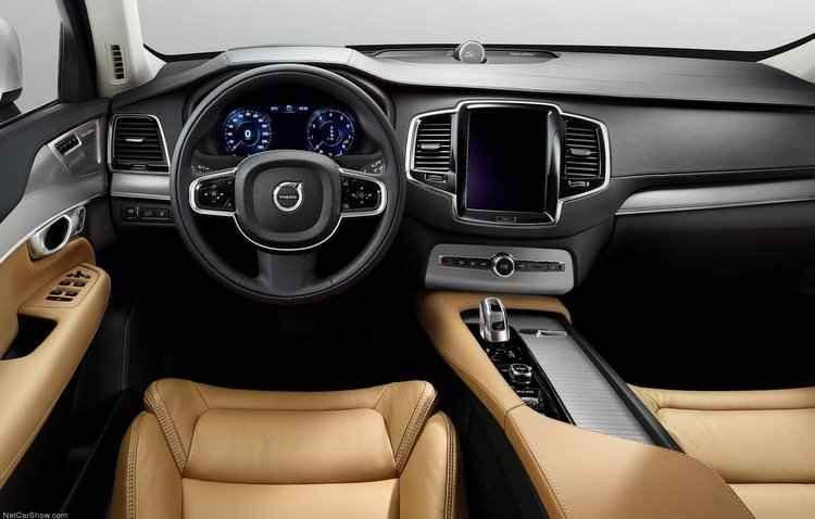 Modelo possui central multimídia de 9 polegadas sensível ao toque, que permite aos motorista e passageiro controlarem o sistema de som  - Volvo/Divulgação