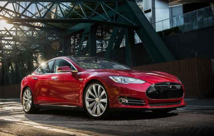 Sedã possui autonomia até 435 km, além de tecnologias como piloto para mudança de faixa - Tesla/Divulgação