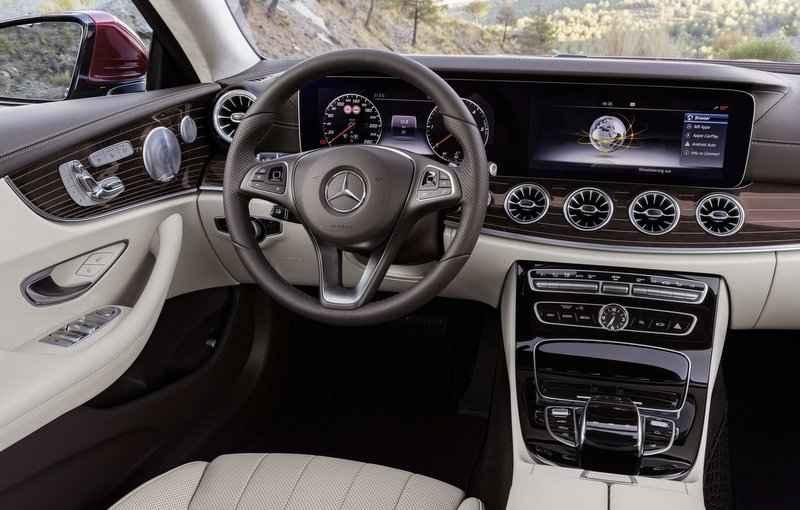 De série, o veículo tem sistema que auxilia o motorista na hora de estacionar, faróis de LED e o sistema Magic Vision Control - Mercedes-Benz/Divulgação