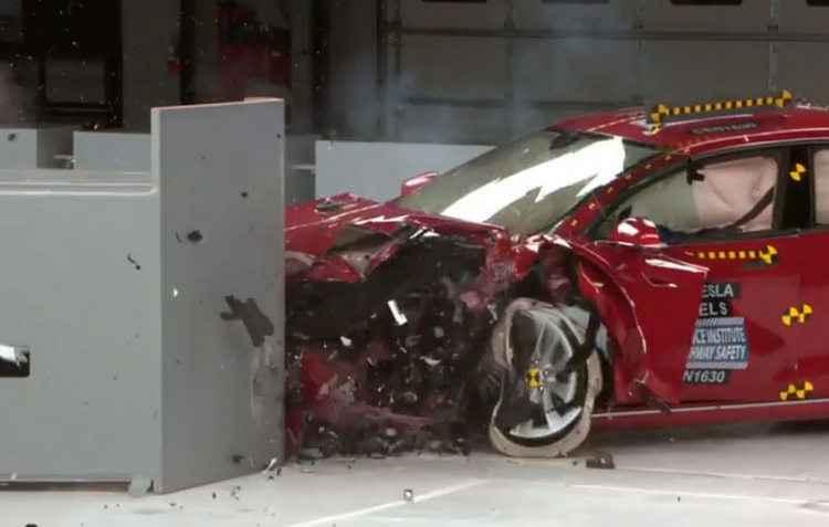 Model S mostrou resistência fraca do teto e falta do sistema de prevenção frontal. Os faróis foram qualificados como