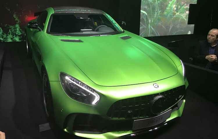 GT-R possui uma espécie de spoiler na parte inferior do para-choque dianteiro. Com 80 km/h, a peça de fibra de carbono fica mais baixa, dando mais estabilidade ao carro    - Jorge Moraes / DP