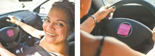 A contadora Ana Lúcia Anacleto resolveu o problema do esquecimento de acender os faróis colocando post it de lembrete dentro do veículo - Anderson Freire / DP