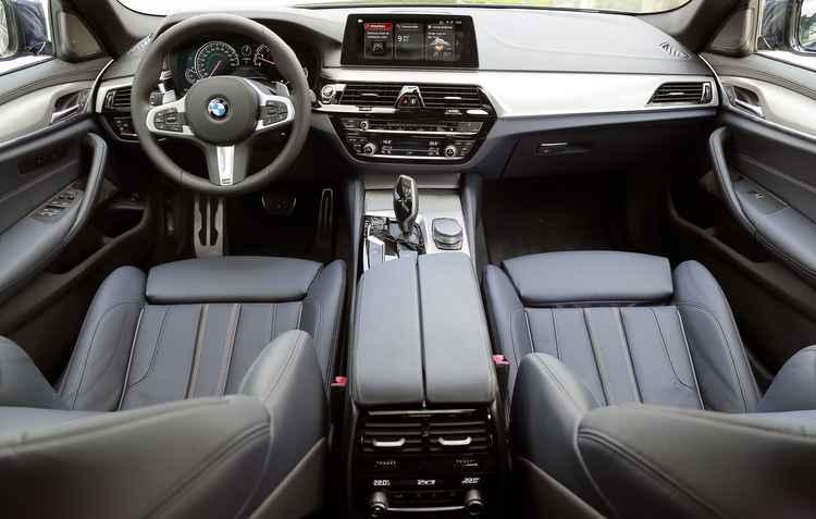 São muitos os dispositivos que permitem uma direção semiautônoma. Até bater os 200km/h, o sedã quase pode andar sozinho - BMW/Divulgação