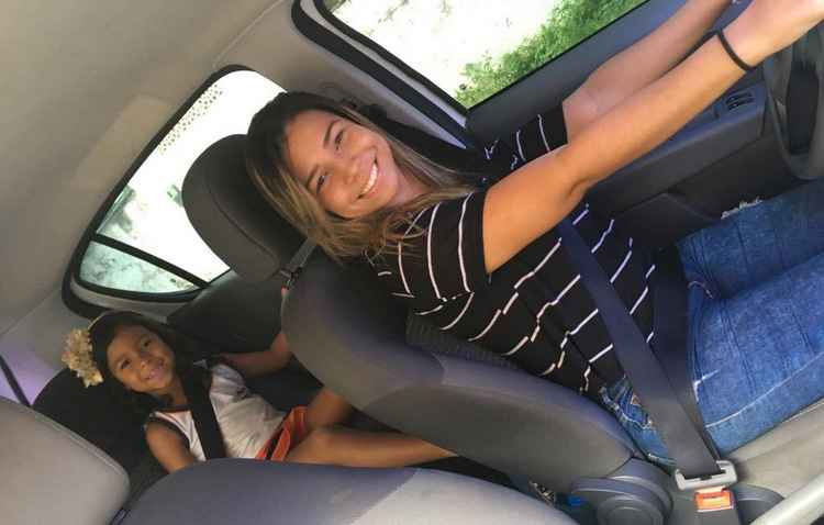 A bordo do veículo, Izabela fica à vontade com a filha - Eduarda Lima/Divulgação